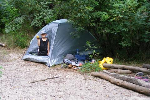 Палатка, рюкзак, место для костра.