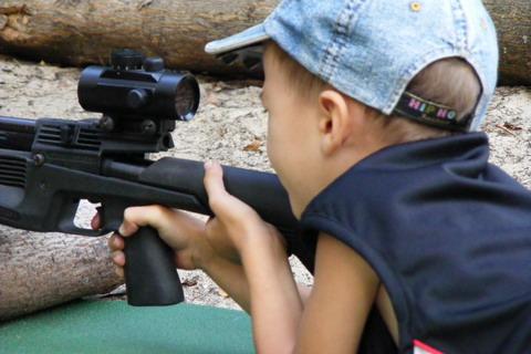 ИЖ-61. Ребенок учится стрелять.