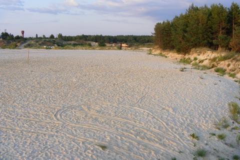 Голубое озеро. Намытое поле песка.
