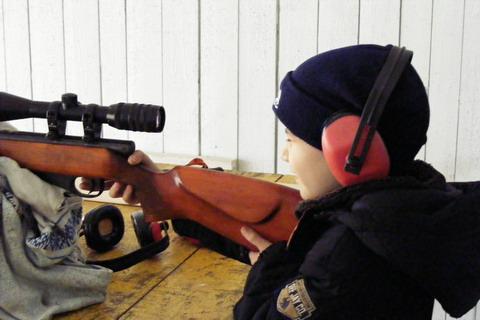 По требованиям техники безопасности стрелок выполняет упражнение в наушниках.