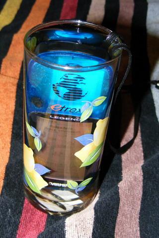 Навигатор GARMIN eTrex Legend, погруженный в стакан с водой.