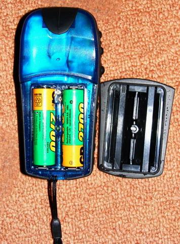 Вид навигатора со снятой крышкой батарейногго отсека после погружения в воду.