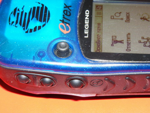 На левой стороне корпуса: кнопки приближения-удаления, кнопка поиска.