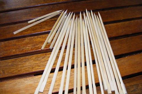 Стрелы из палочек для суши с заостренными концами.
