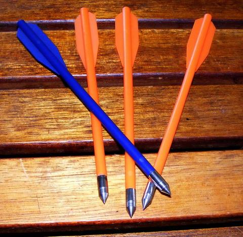 Штатные пластиковые стрелы с металлическими наконечниками.