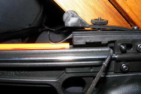 Тетива в боевом положении, зафиксирована предохранителем. Стрела установлена и готова к выстрелу.