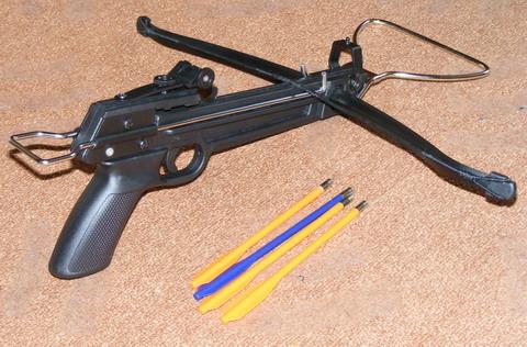 Арбалет с пистолетной рукояткой и стрелы в комплекте.