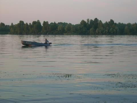 Запоздалый рыбак возвращается на лодочную.