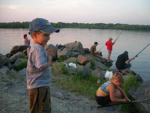 Юные рыбаки.
