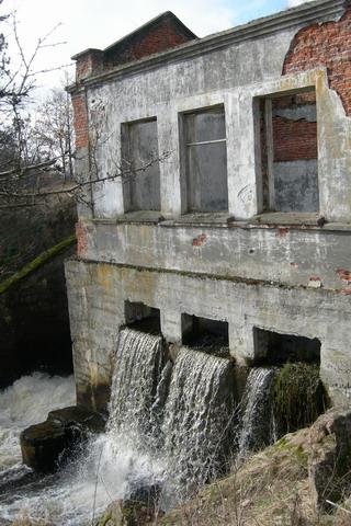 Вид на разрушенную ГЭС снизу.