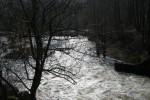 По течению ниже плотины река намного уже.