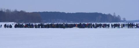 Гибель рыбы на Киевском водохранилище. Рыбаки на отмели.