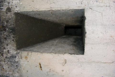 Киевский укрепрайон. ДОТ 179. Бойница напротив входа внутри.