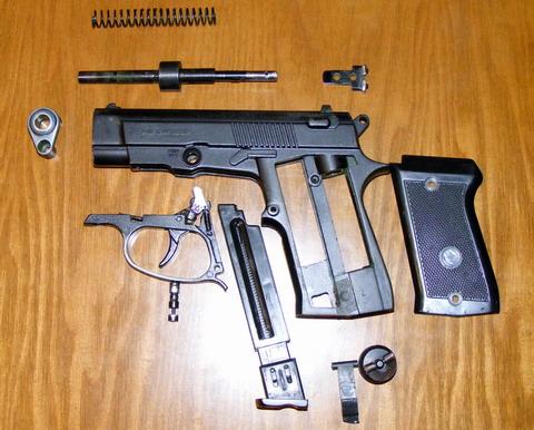 Пистолет Аникс в разобранном виде.