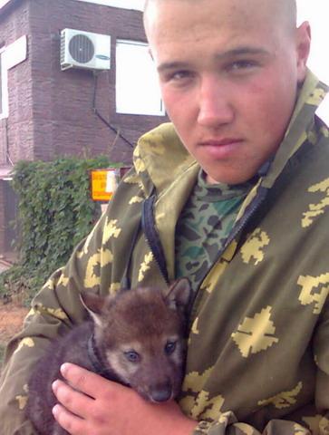 Астраханская область. Волчонок на руках у Александра.