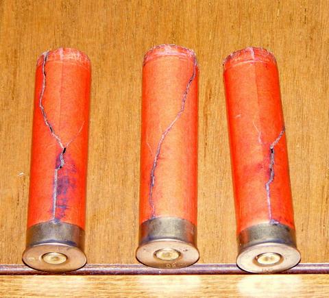 Разорванные бумажные гильзы после выстрела.