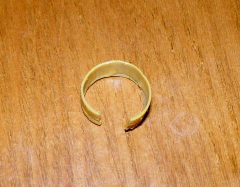 Обрезок пластиковой гильзы для центрирование пули. Разрез в гильзе около 3 мм.