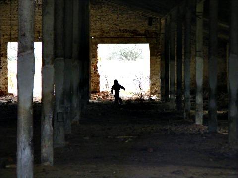 В пустующем коровнике.
