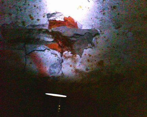 Лунка в кирпичной кладке от свинцовой пули Рубейкина.