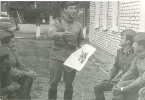 32157. Лейтенант Синица проводит политинформацию с сержантами Выскребенцевым и Артамоновым. (Фото из альбома А.Пакулина)