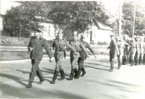 Лето 1987. Остатки ББО-4 на плацу. Впереди ст.пр-к Рябчук.