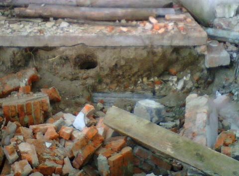 Нора внутри разрушенного здания.