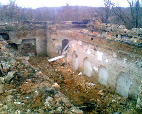 Цоколь разрушенного здания на территории старого пионерлагеря.