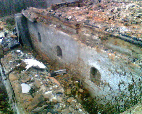 Коридор разрушенного цокольного этажа.