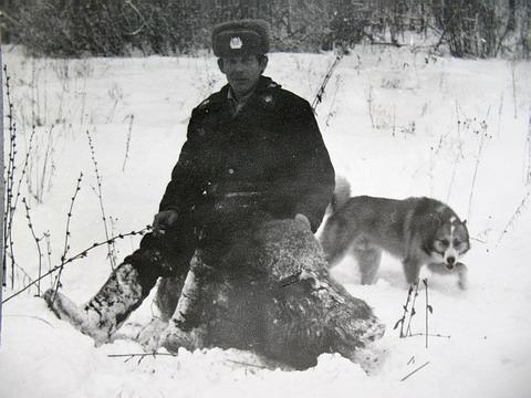 Один из участников загона участковый милиционер Виктор Кочетков.  В лесном массиве его участка проходила описанная охота.
