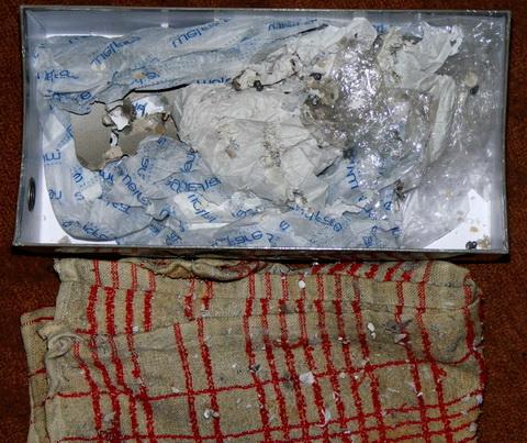 Бумага и тряпка в коробке после выстрелов из Crosman 1077.