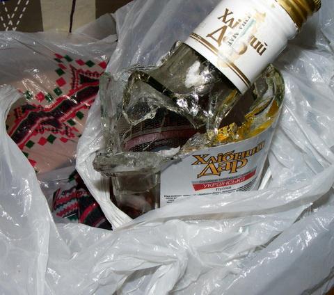 Стеклянная бутылка после выстрела из Crosman 1077 с расстояния 7 метров.