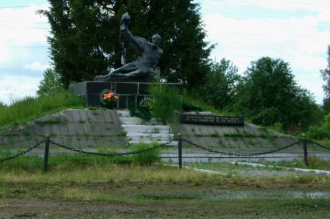 Липники. Памятник на въезде в село.