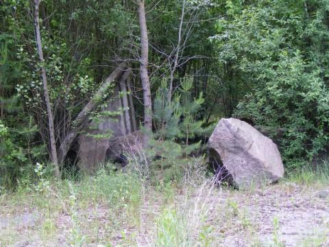 Непонятные камни в автопарке.