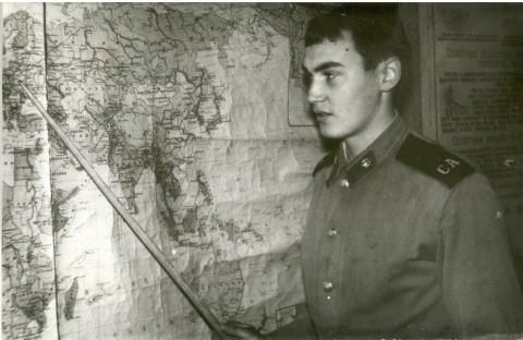А. Пакулин в учебном классе докладывает состав стран-участниц НАТО. Ноябрь-декабрь 86 года. (Фото из его коллекции).
