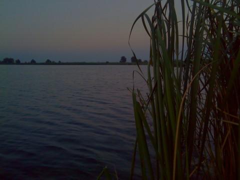 Утро на озере до восхода Солнца.
